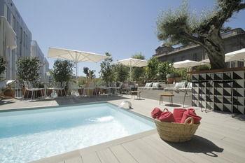 oasis hotel. Black Bedroom Furniture Sets. Home Design Ideas